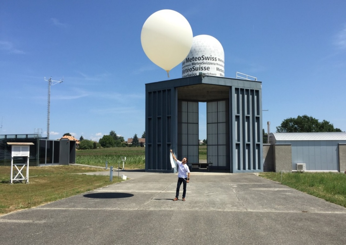 Enlargement: The picture shows the circular balloon probe and an employee of MeteoSwiss in Payerne who lets them ascend.
